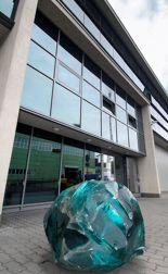 Fotografia - bryła szklana przed budynkiem